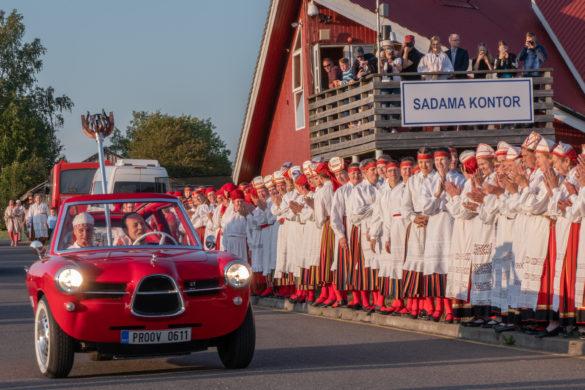 5ae626ef15b Hiidlased tervitasid tuld endale omase külalislahkusega igas saare otsas  meeleoluka laulu ja tantsuga. Päeva lõpuks sõitis tuli Eesti oma  elektriautol Nobe ...
