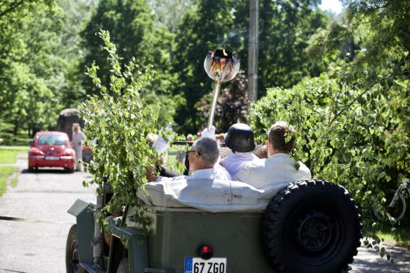 107914c3759 Pärnumaal liikus tuli avatud autol, et kogu linnarahvas tulest osa saaks ja  sellest osa ka endale koju viia saaksid.